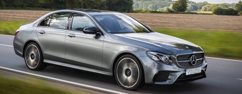 Sølvfarget Mercedes luksusbil som leies ut til bryllup