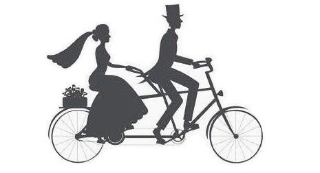 Tandemsykkel med brud og brudgom. Slike sykler er til utleie som bryllupstransport