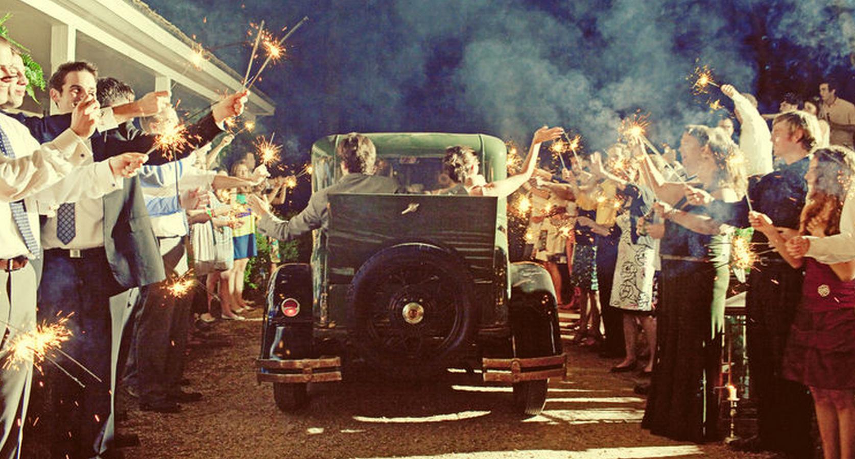 Veteranbil tar avreise fra bryllupsfesten mens bryllupsgjestene vinker
